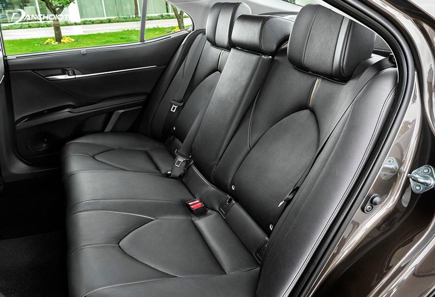 Ghế sau Toyota Camry 2.5Q được trang bị thêm tính năng ngả điện