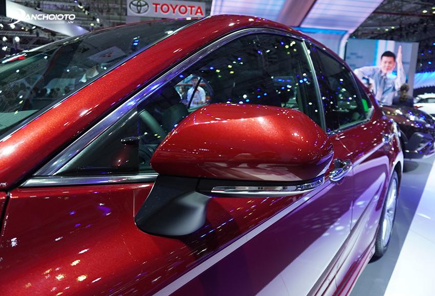 Gương chiếu hậu ngoài Toyota Camry 2020 được trang bị tính năng chống bám nước, nhớ vị trí, tự chỉnh khi lùi