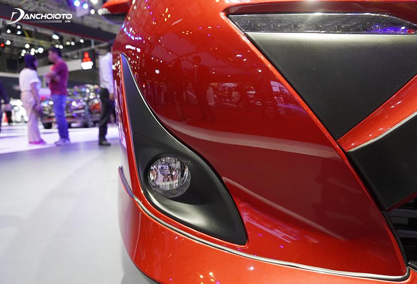 Hai hốc đèn sương mù Toyota Vios 2020 hình chữ L vuốt cong theo lưới tản nhiệt