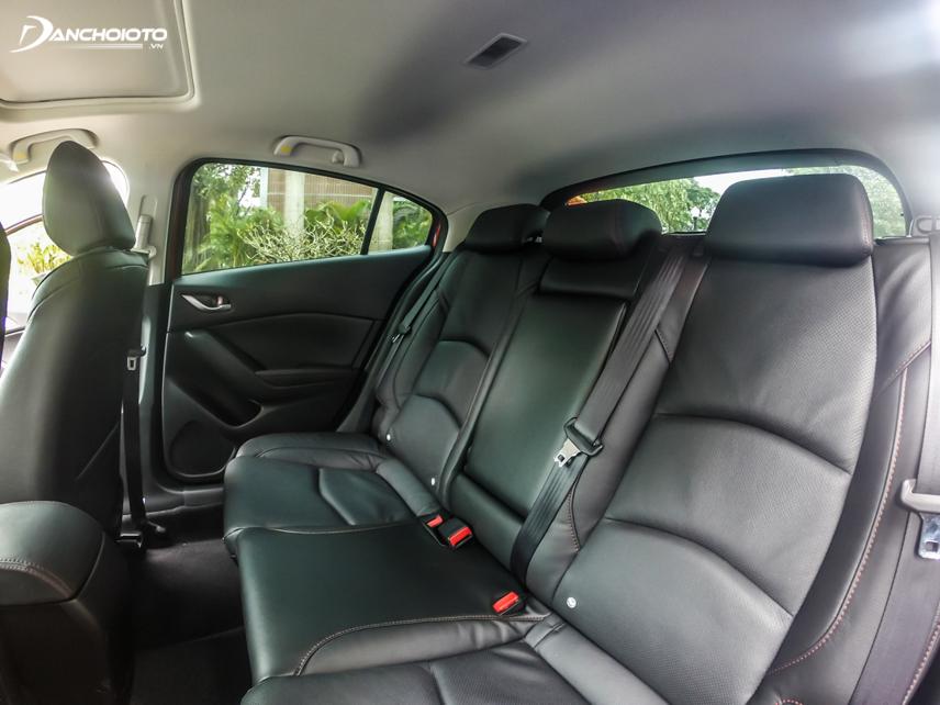 Hàng ghế sau của Mazda 3 hơi chật nếu ngồi 3 người