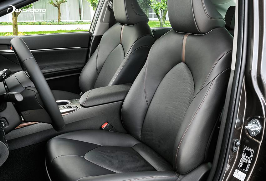 Hàng ghế trước Toyota Camry thiết kế ôm thân người ngồi
