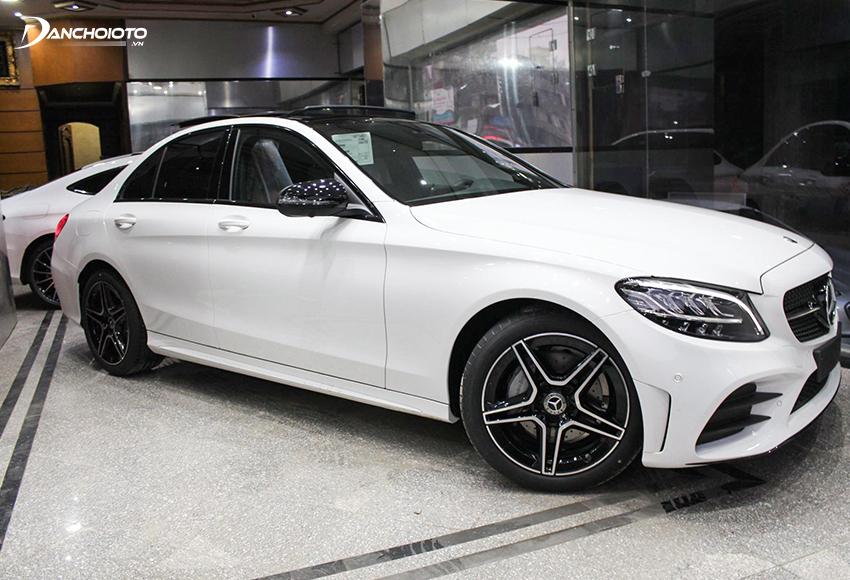 Nhiều người phân vân không biết nên mua Toyota Camry hay Mercedes C200