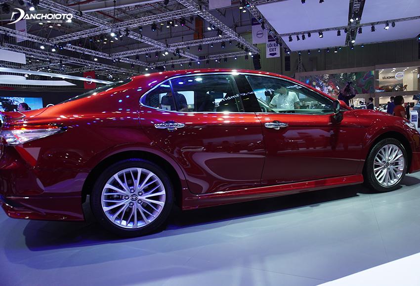 Những đường nét tạo khối trên thân xe Toyota Camry 2020 được trao chuốt tỉ mỉ hơn, thể thao hơn