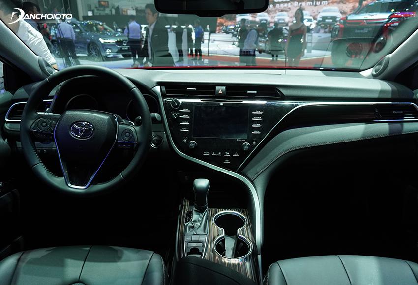 Taplo Toyota Camry 2020 thu hút với những đường nét thiết kế tạo cảm giác thanh thoát, rộng rãi và thời trang hơn