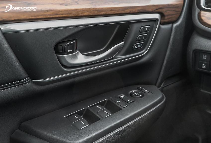 Thiết kế tappi cửa Honda CR-V 2020 cũng được ốp gỗ và nhiều chi tiết được mạ bạc