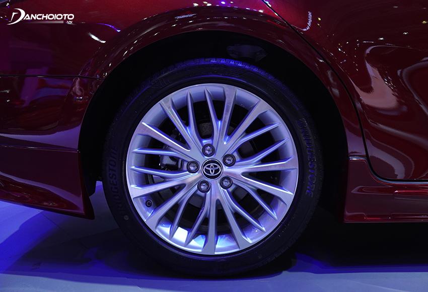 Toyota Camry 2.5Q dùng loại đa chấu xương cá kích thước lớn 18 inch