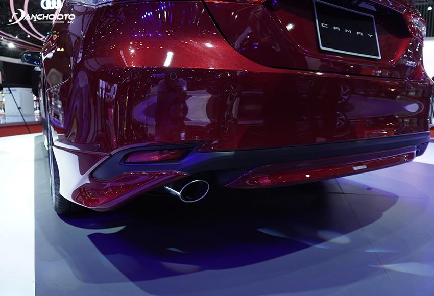 Toyota Camry 2.5Q được trang bị thêm ống xả kép thể thao