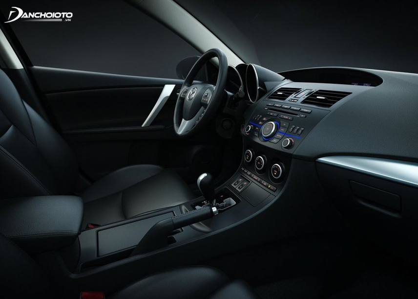 Từ đời Mazda 3 2011 - 2013, nội thất xe đã được đánh giá là hiện đại hơn các mẫu sedan hạng C lúc bấy giờ