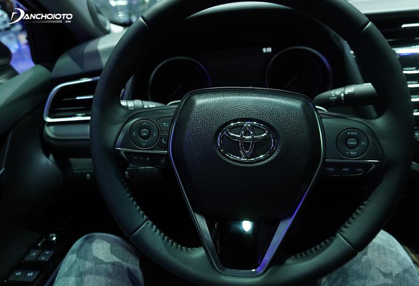 Vô lăng Toyota Camry 2020 được bọc da, thiết kế 3 chấu