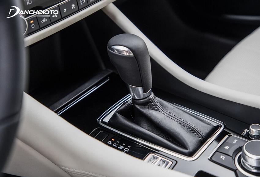 Bệ cần số trung tâm Mazda 6 2020 được ốp nhựa bóng trong sang hơn