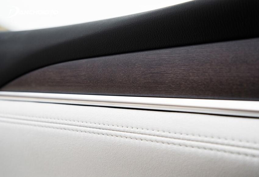 Chất liệu nội thất Mazda 6 2020 sử dụng chủ yếu là nhựa mềm, bọc da và ốp gỗ sen Nhật Bản