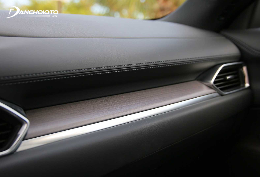 Chất liệu nội thất Mazda CX-5 2020 sử dụng chủ yếu là nhựa mềm, bọc da, ốp gỗ và viền mạ bạc