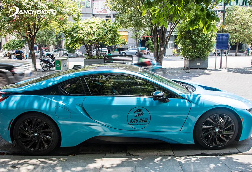 Chiếc BMW i8 dán decal màu xanh độc đáo ở Việt Nam