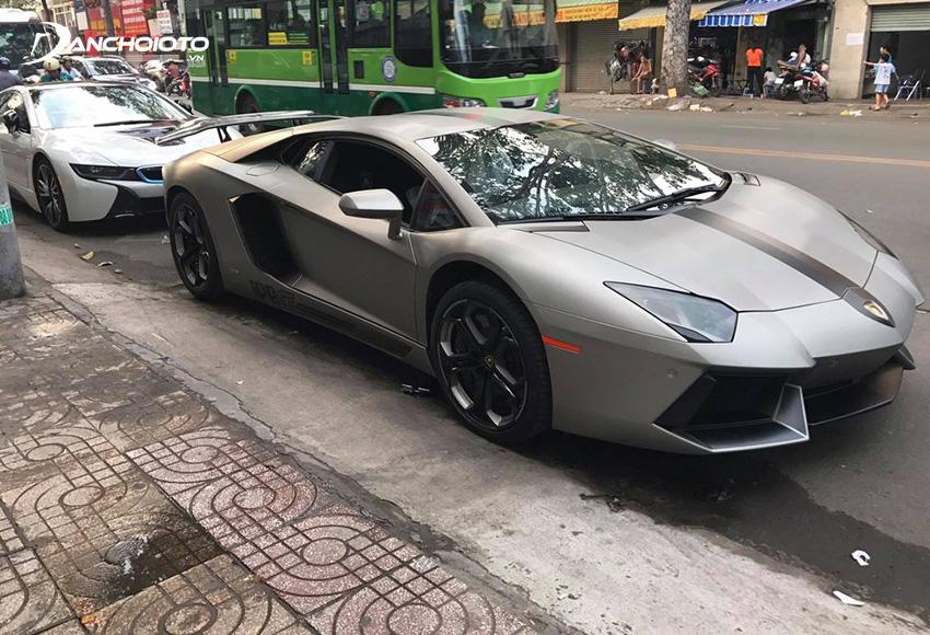 Chiếc xe Lamborghini Aventador đen nhám của chủ xe ở Sài Gòn