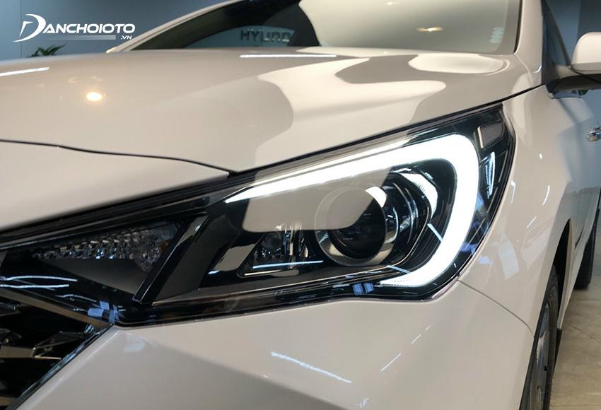 Cụm đèn trước của Hyundai Accent 2021 được chuốt lại sắc nét và góc cạnh hơn