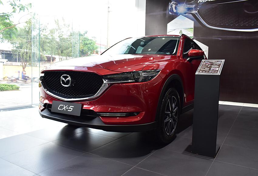 Đầu xe Mazda CX-5 2020 gây ấn tượng mạnh mẽ với cặp đèn sắc sảo thần thái, liền mạch cùng với lưới tản nhiệt đen bóng dạng nhuyễn mở rộng