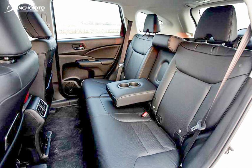 Hàng ghế sau của xe có tựa tay
