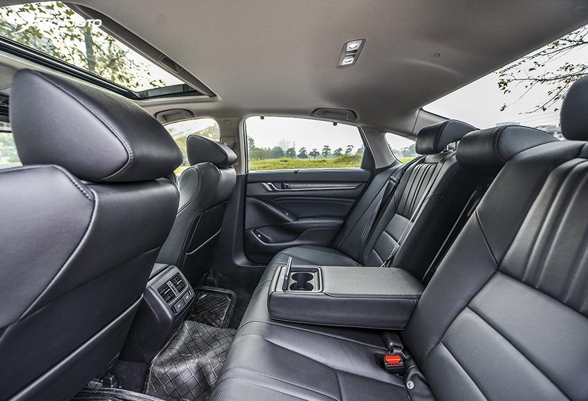 Hàng ghế sau Honda Accord 2020 đặc biệt rộng rãi nhưng trần xe hơi thấp do kiểu mui đổ dốc