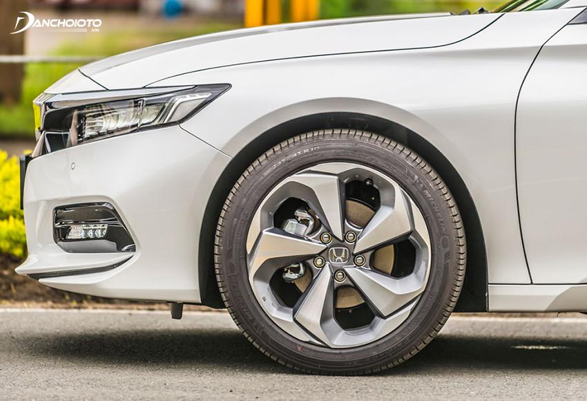 Honda Accord 2020 sử dụng lazang hợp kim 18 inch kết hợp bộ lốp 235/45R18