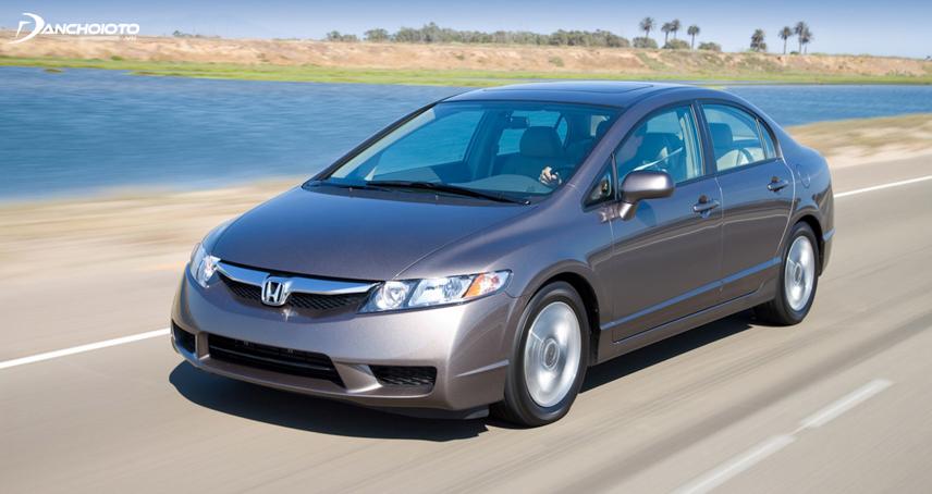 Honda Civic thế hệ thứ 8 nổi bật với calang bản to mạ crome sáng bóng hình cánh chim cách điệu