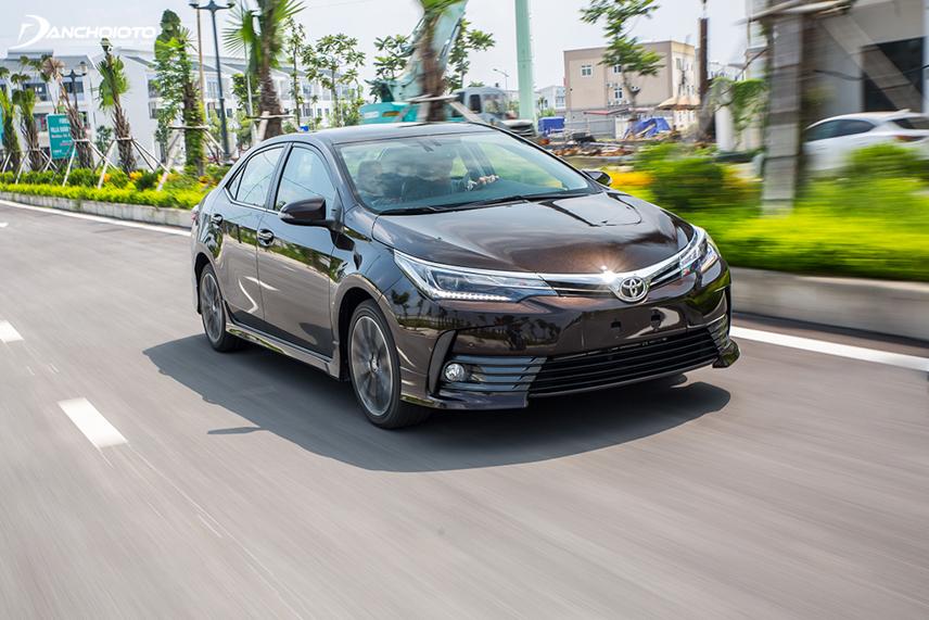 Khả năng vận hành đầm, chắc, êm ái chính là một trong những ưu điểm lớn nhất của Toyota Corolla Altis