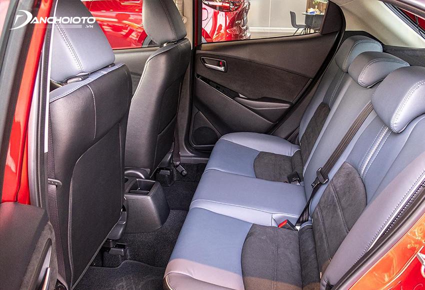 Không gian hàng ghế sau Mazda 2 2020 vẫn bị nhược điểm hơi chật