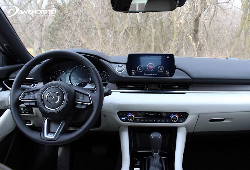 Khu vực taplo Mazda 6 2020 có nhiều sự tinh chỉnh gãy gọn, hiện đại hơn