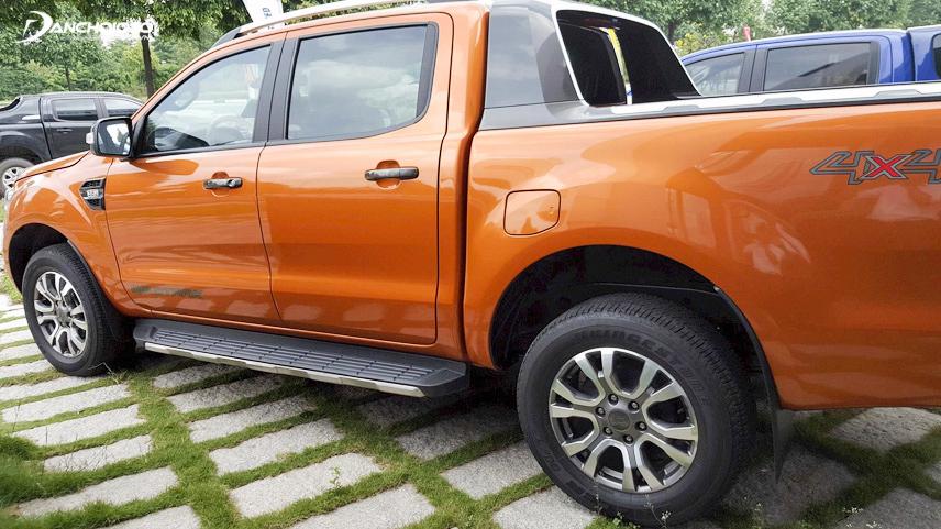 Kiểm tra lớp sơn trên toàn bộ thân xe có thể giúp phát hiện xe đã từng bị va chạm chưa