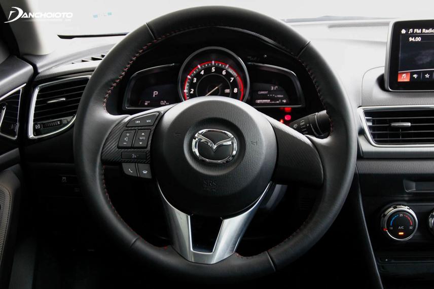 Mazda 2 được trang bị hệ thống trợ lực lái điện tử nên vô lăng khá nhẹ