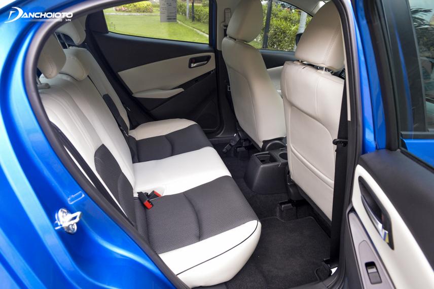 Mazda 2 Hatchback Premium SE lại có ghế bọc da sáng màu hơn với kiểu kết hợp độc đáo giữa da màu trắng và màu tối