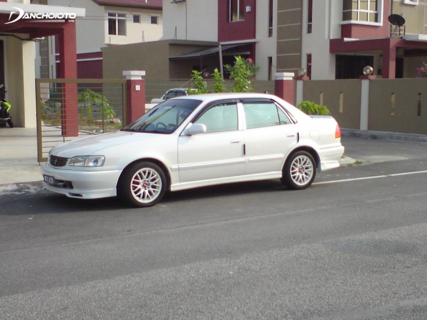 Năm 1996, mẫu xe Corolla được hãng Toyota chính thức ra mắt tại Việt Nam