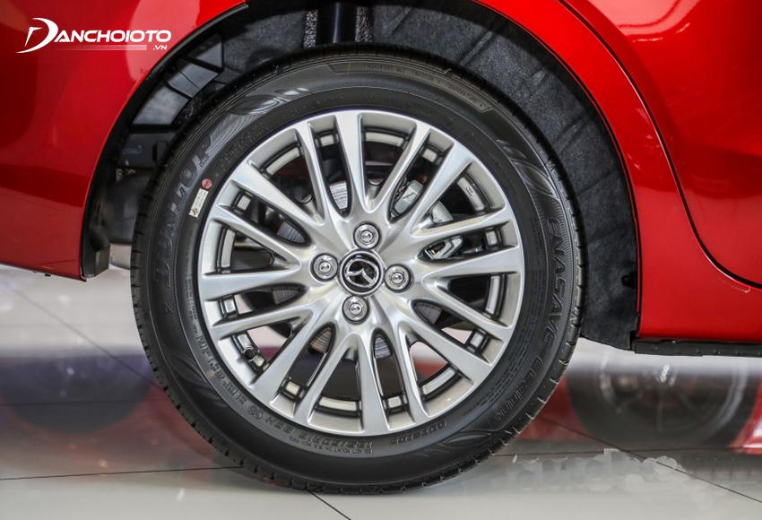 Ở Mazda 2 2020 mới, mẫu xe này sử dụng lazang kích thước 16 inch, đẹp mắt với thiết kế 8 chấu kép sống động