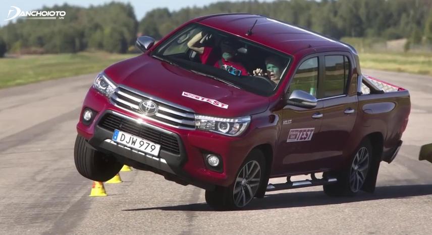 Toyota Hilux vẫn bị nhiều chuyên gia đánh giá thiếu sự ổn định và có khả năng lật cao khi đánh lái gấp