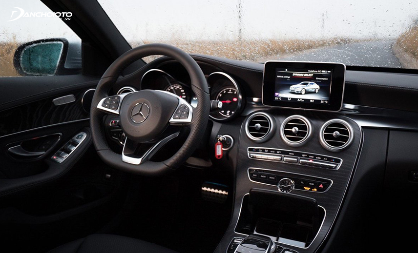Interior space Mercedes c200 2016 is a characteristic black color that expresses the mystery and extremely luxurious