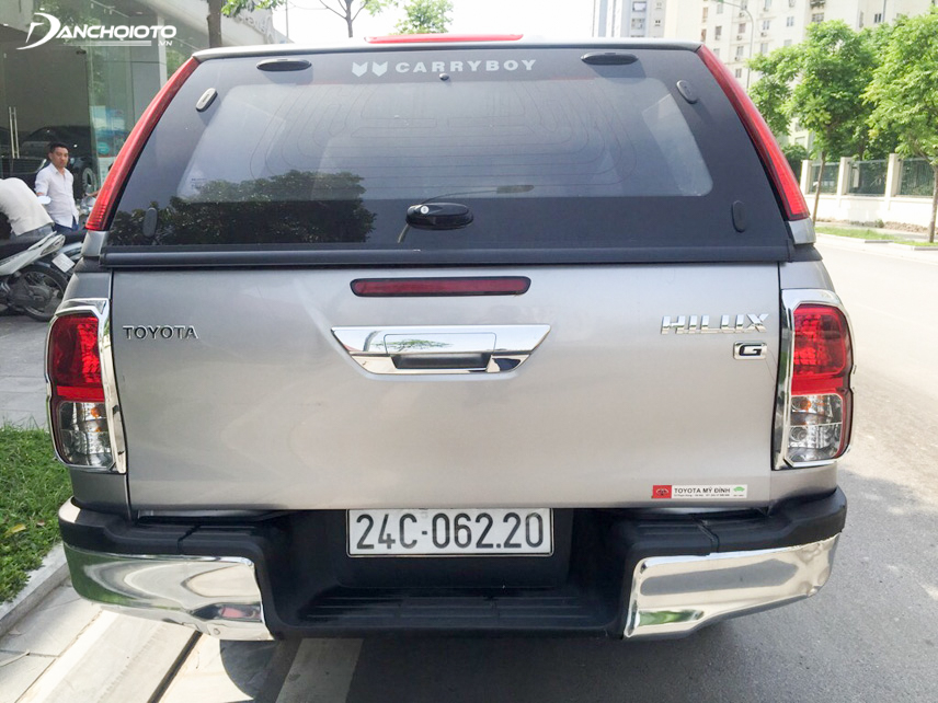 The tail of the old Toyota Hilux 2015 is very harmonious and attracts the look