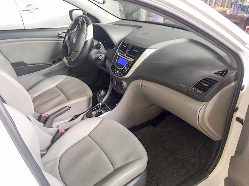 Không gian nội thất của Hyundai Accent 2013 cũ khá rộng rãi, thoải mái