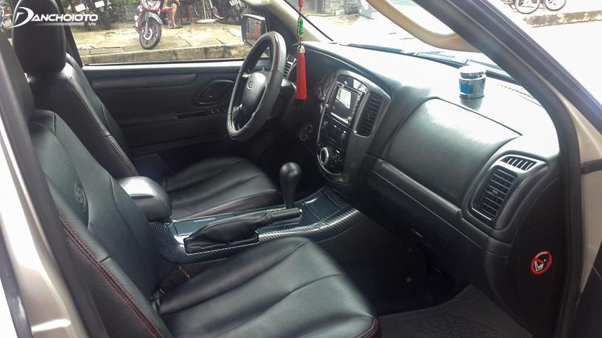 Không gian nội thất Ford Escape 2010 cũ khá rộng rãi và đơn giản