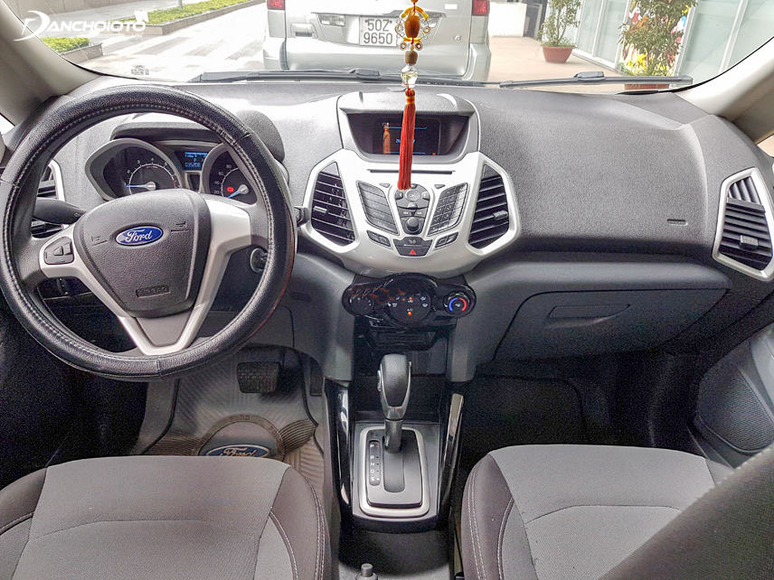 The old 2014 Ford Ecosport cockpit makes a difference with a spacious space