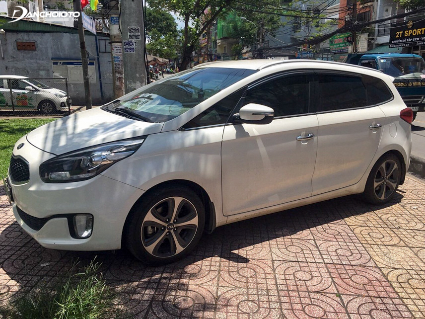 Kia Rondo 2016 is more prominent than Toyota Innova because of its modern LED daytime running lights