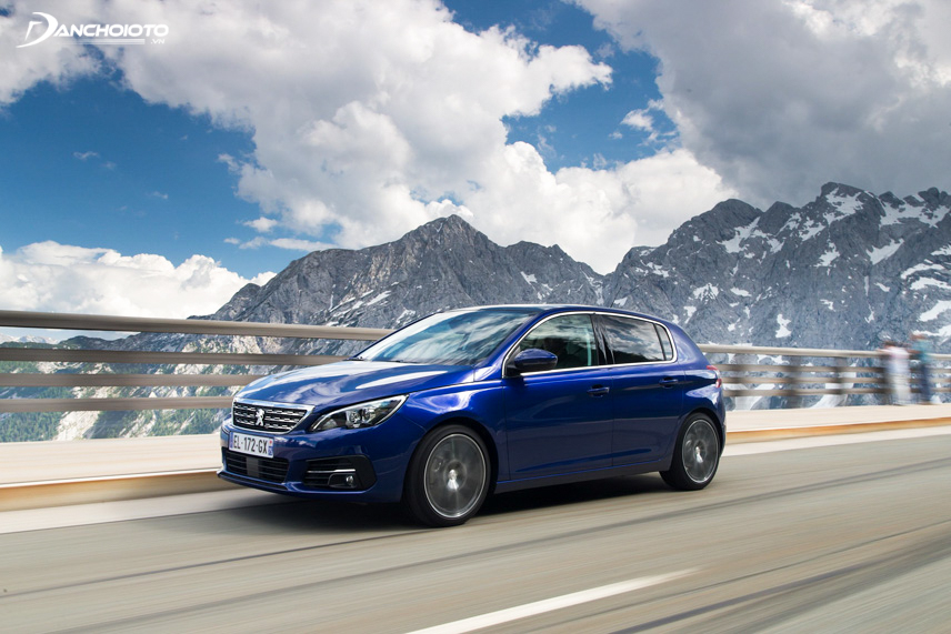 The design of the Peugeot 308 2015 feels strong, dynamic and sporty