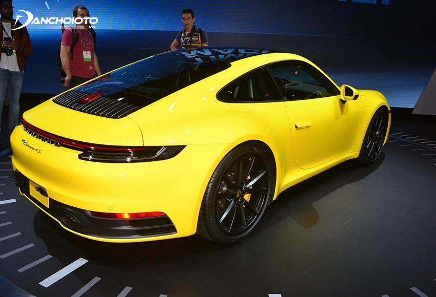Cụm đèn hậu Porsche 911 thiết kế dạng LED tinh tế và đẹp tuyệt được kéo dài cho hết phần đuôi mang lại cảm giác rất hiện đại