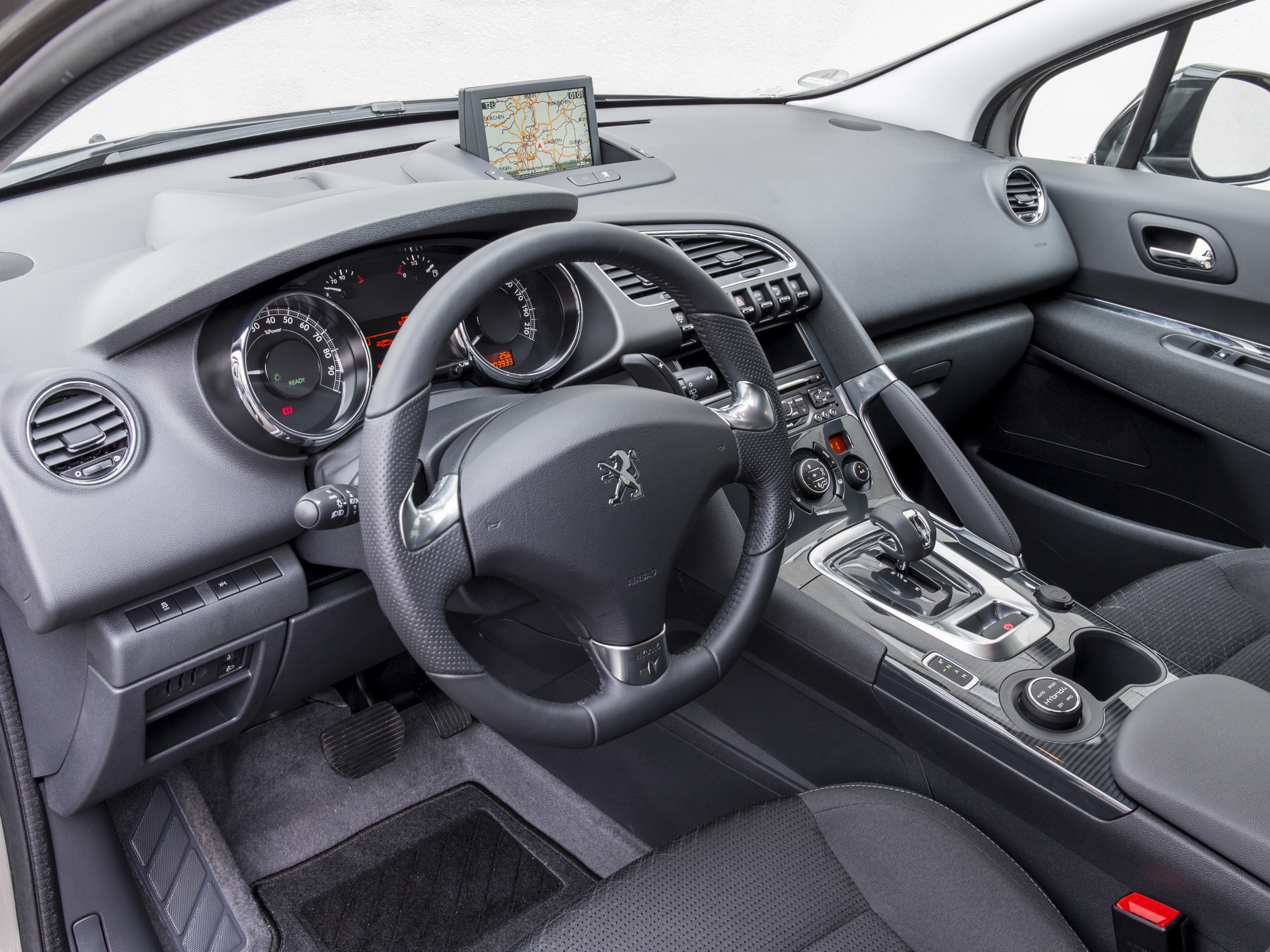 The old 2014 Peugeot 3008 cabin impresses the user with a luxurious feel