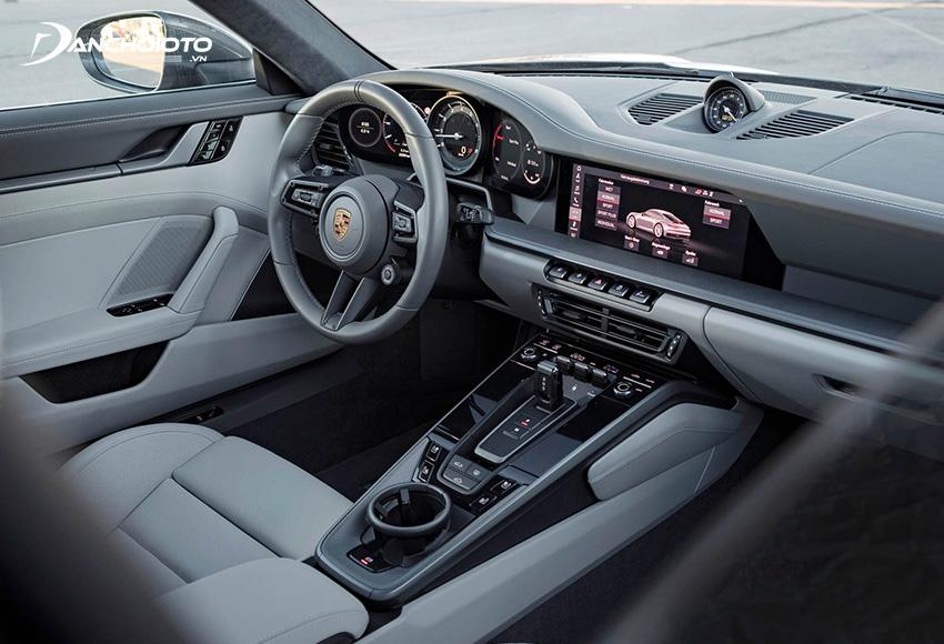 Khoang nội thất của siêu xe Porsche 911 như chứa cả một thế giới công nghệ