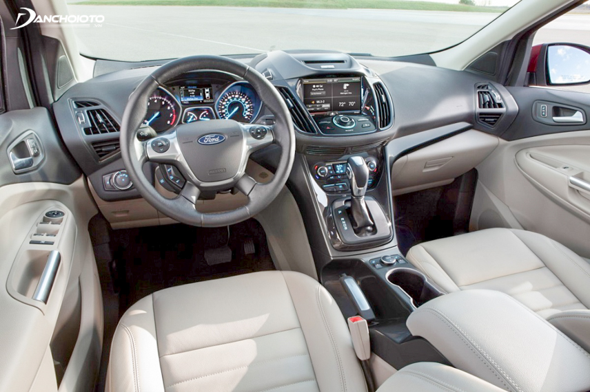 The interior space of the old Ford Escape 2015 is quite spacious and comfortable