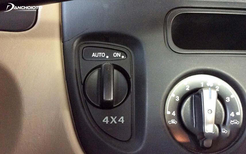Công tắc khóa cầu 4x4 ON chỉ nên dùng với địa hình trơn trượt