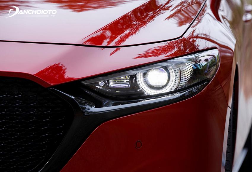 Cụm đèn trước Mazda 3 2020 được chuốt mỏng, nhấn sâu thấp hơn, thần thái hơn