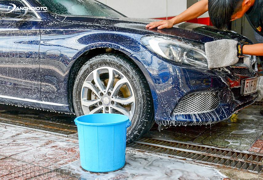Rửa xe ô tô thường xuyên để giúp xe giảm chi phí bảo dưỡng