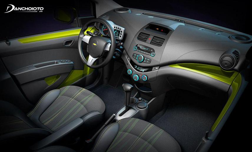 Khoang nội thất Chevrolet Spark 2017 cũ được thiết kế lại hiện đại và đẳng cấp hơn nhiều xe cùng phân khúc