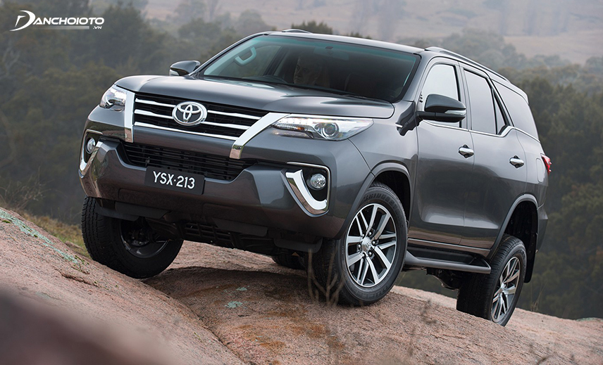 Buying an old 7-seater SUV costing about 800 million, the old Toyot Fortuner 2015 - 2016 is the best choice
