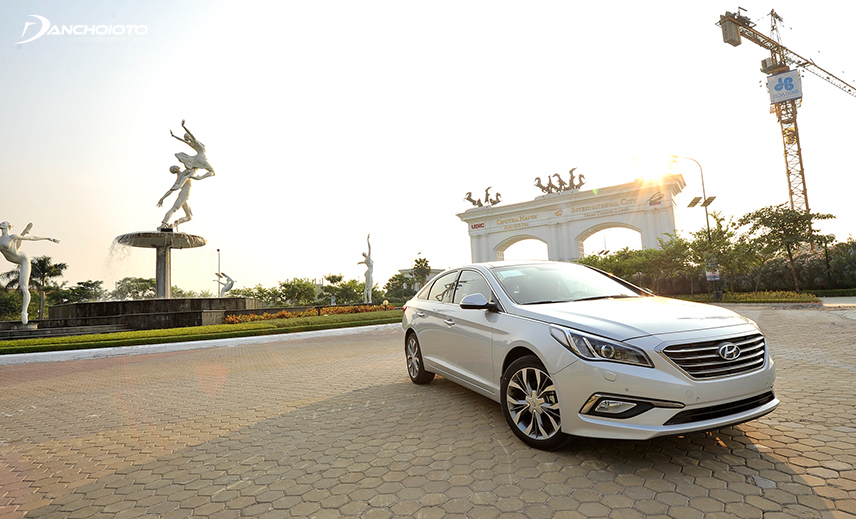 Buy a 5-seater car with a range of 600 million, an old Hyundai Sonata 2013 - 2014 is a good reference